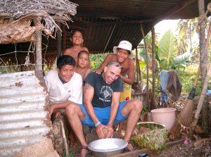Oli working in the kitchen the Tongan Way (Ha´apai Islands, Kingdom of Tonga)